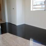 床がダークブラウンの家画像