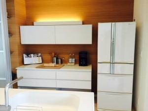 茶系の床に合う冷蔵庫の色画像